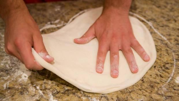 раскатанное тесто на пиццу.jpg