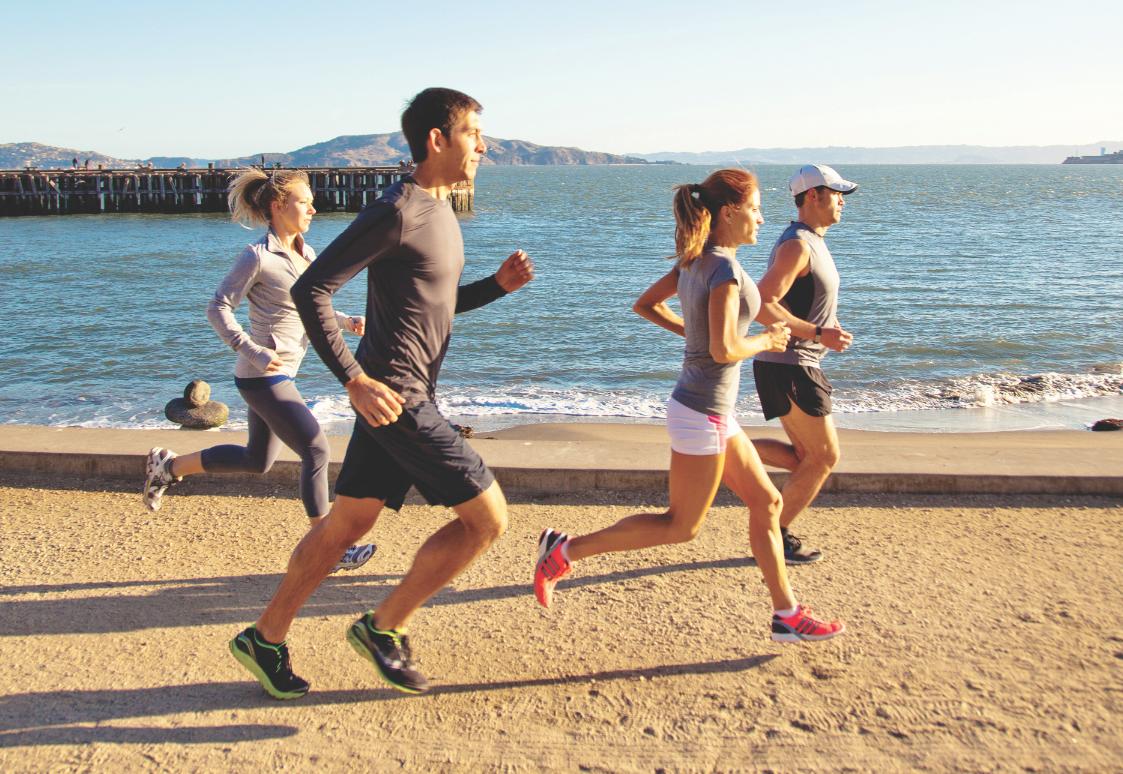 люди бегут по пляжу