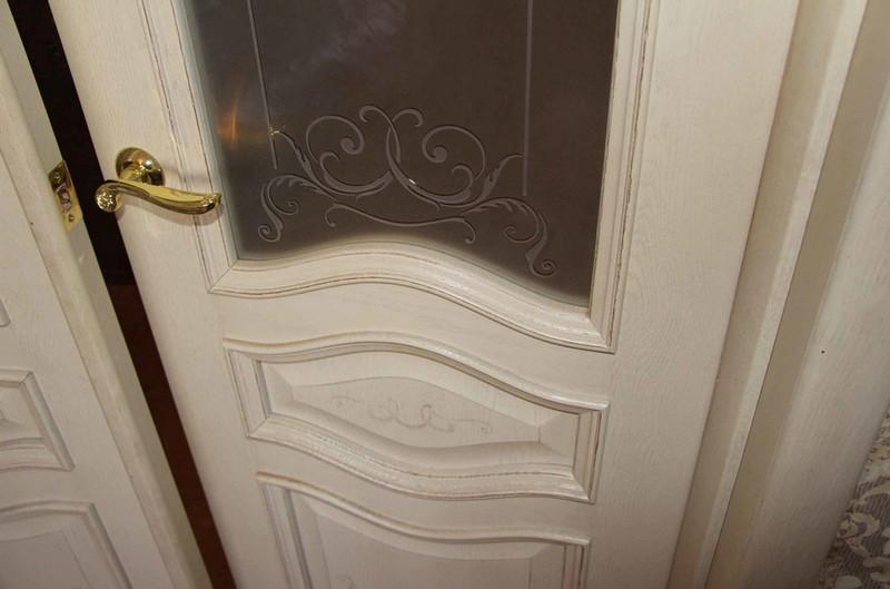 belye-dveri-s-patinoj.jpg